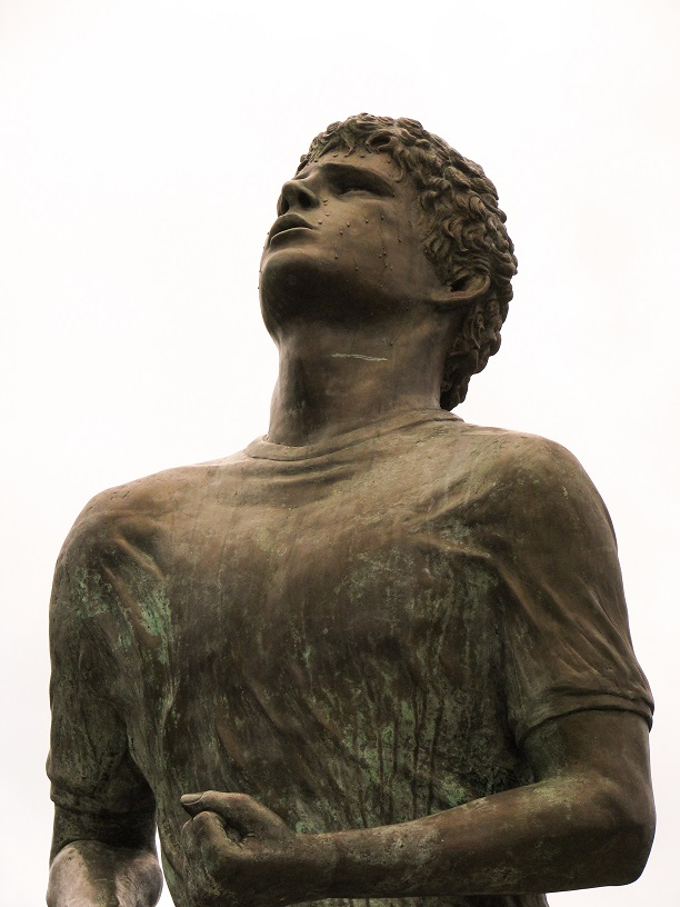 Head-and-torso shot of statue of Terry Fox